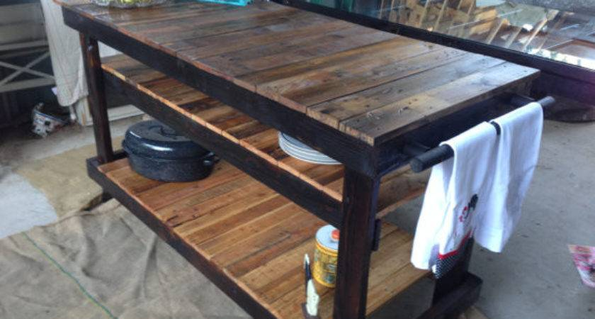 Gorgeous Kitchen Island Made Out Reclaimed Pallet Wood